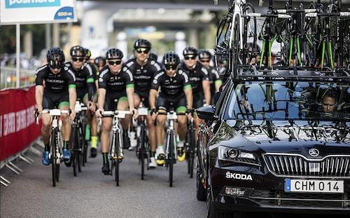 Skoda började med cykeltillverkning för 122 år sedan. Nu är de djupt involverade i cykelsporten, här med Skoda Cycling Team under Vätternrundan.