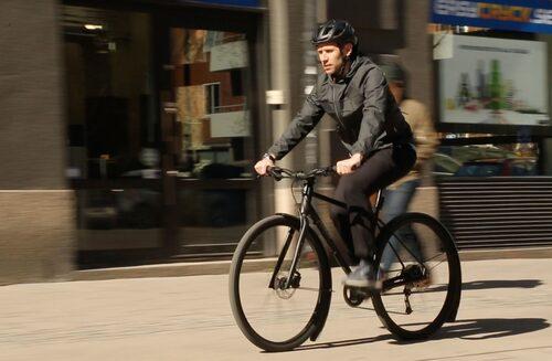 Fredrik Kessiakoff är en av Sveriges mest meriterade cyklister. Men ibland rör han sig på gatorna som en vanlig man.