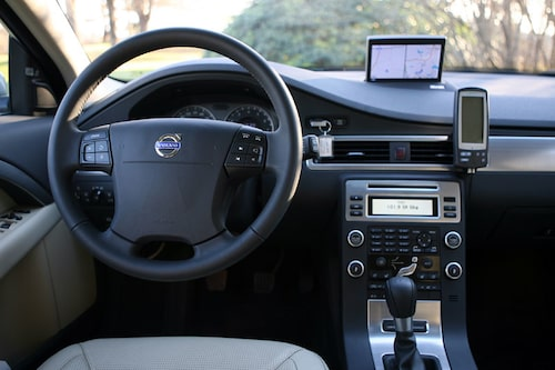 Endast femväxlad manuell låda, men till sommaren kommer Powershift, dubbelkopplingslåda av samma typ som Volkswagen DSG. Volvo S80 2,0F lanseras samtidigt med V70 2,0F.