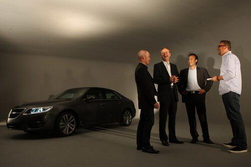 Från vänster ser vi nya Saab 9-5, designchef Simon Padian, utvecklingschef Mats Fägerhag, marknad- och produktchef Magnus Hansson samt Teknikens Världs testchef Hans Hedberg.