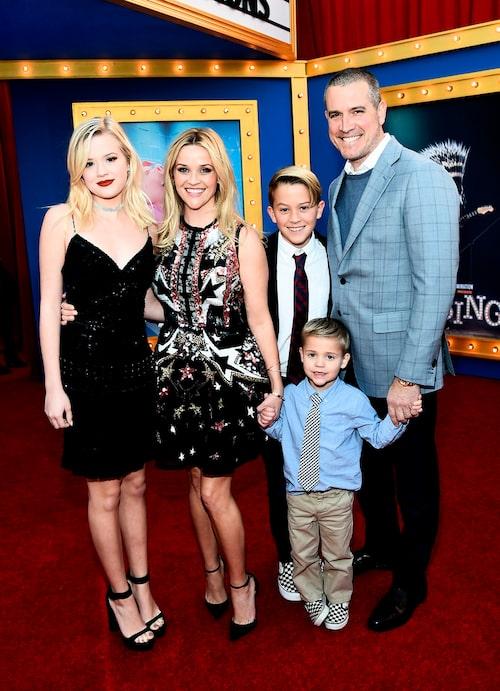 Reese Witherspoon med tonårsbarnen Ava och Deacon, minstingen Tennessee och maken Jim Toth.