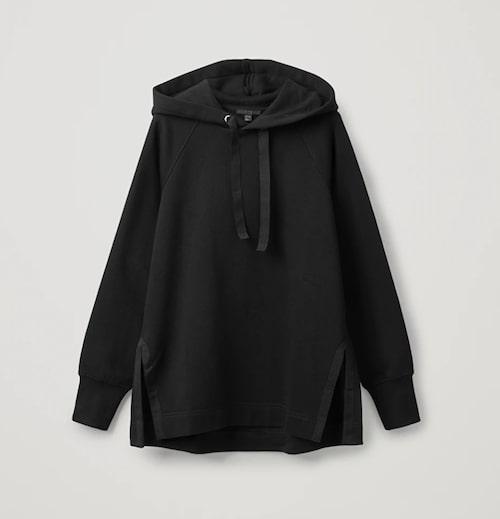 Svart hoodie från Cos.