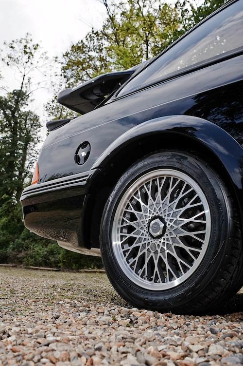 Fälgarna ser lite vilsna ut i de stora hjulhusen med skärmbreddare. Bättre då i racingutförande!