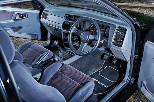 Inredningen är 1980-tal så det skriker. RS 500 hade elhissar och sollucka, Recaro-stolar och RS-emblemet i den lilla ratten och på panelen framför passageraren.