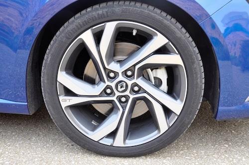 18 tums-fälg är standard på GT. 225/40 däck sitter på.