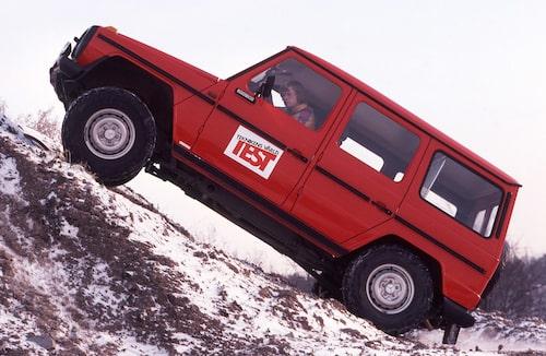 """Mercedes Geländewagen var en primitiv typ när vi i Teknikens Värld nummer 3/1981 testade den för första gången. """"Dåliga stolar, utspridda reglage, kass värmeanläggning… ingenting andas Mercedes – utom priset"""" lät summeringen."""