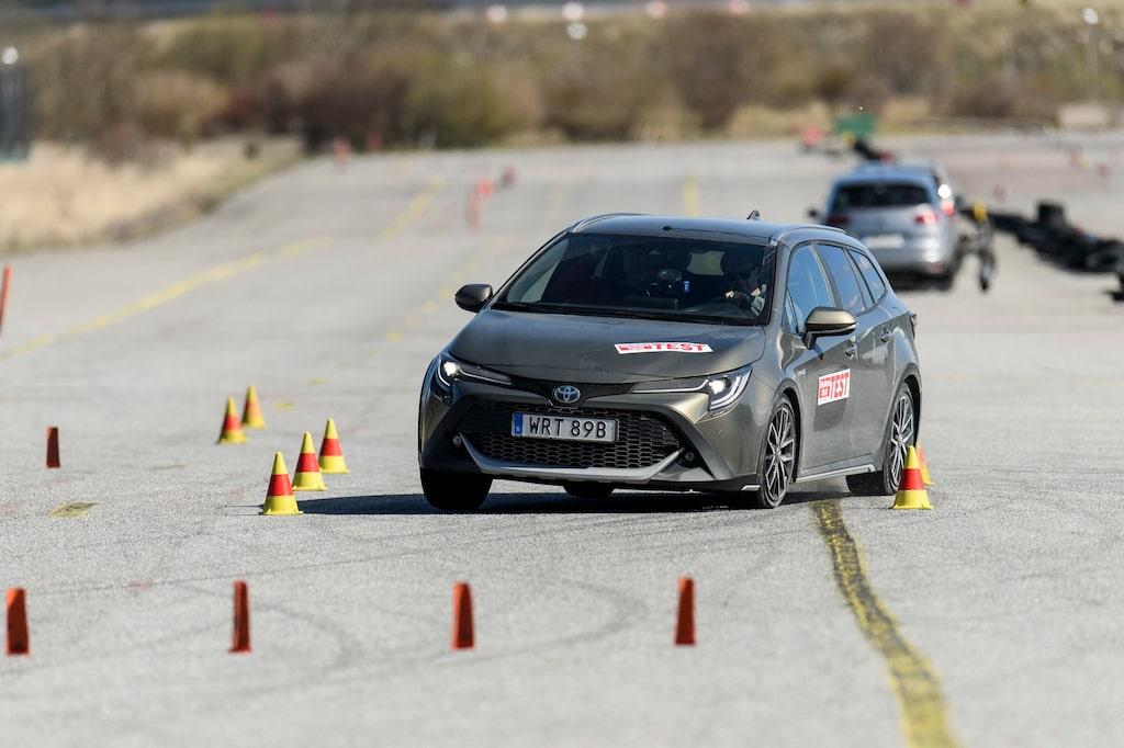 74 km/h. Godkänd. Även Trek-versionen klarar älgtestet bra – resultatet 74 km/h är samma som för vanliga Corolla för ett år sedan. Balanserat och bra.