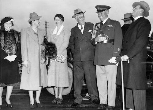 Familjen Roosevelt och det norska kungaparet byggde en nära relation under krigstiden. Märtha med hatt i mitten och Roosevelt i kritstrecksrandig kostym.