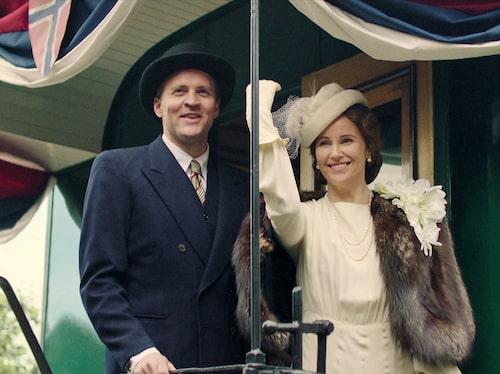 I tv-serien Atlantic Crossing som sänds på SVT i vår spelar Sofia Helin kronprinsessan Märtha. Här gör hon den speciella vinkning som prinsessan brukade göra. Serien finns att se på SVT Play.