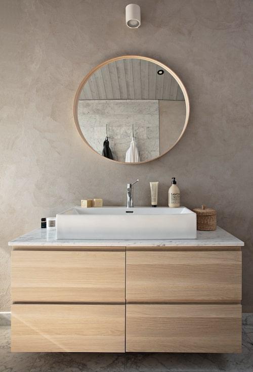 Kommod och spegel från Ikea, handfat från Vida.