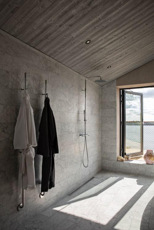 Från det marmorklädda badrummet finns en av flera utgångar till terrassen.