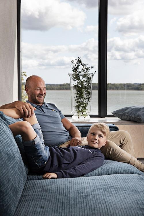 Elias och sonen Viggo trivs i den generösa havsblå soffan.