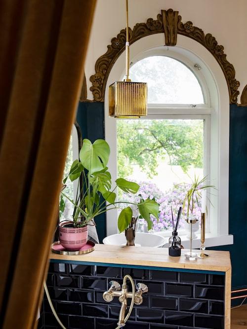 Bemålade stuckaturer var förr snarare regel än undantag. Här ger guldfärg extra stuns åt dekoren runt fönstren.