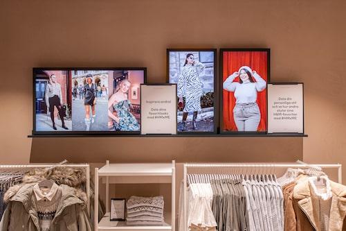I butiken syns skärmar där vanliga besökare kan visa sin stil genom att posta bilder under en hashtag. H&M menar att de ser en tydlig trend att kunder litar mer på kunders omdömen och tycke.