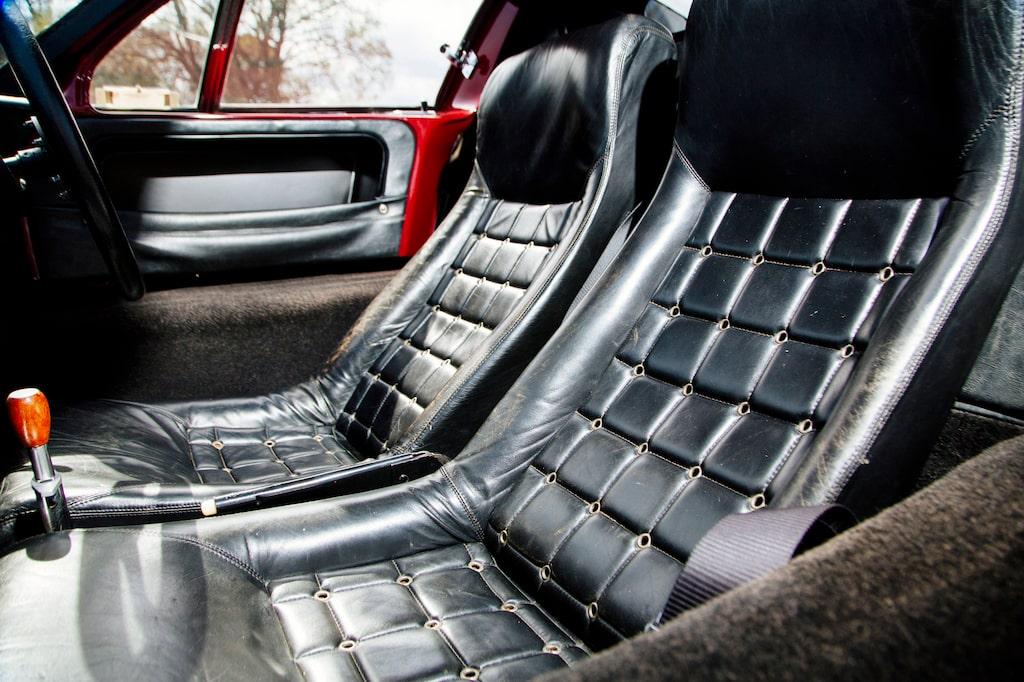 Läderklädsel i stället för fallskärmstyg och tröskelpartierna klädda med mattor. Dessutom en handbromsspak mellan stolarna.