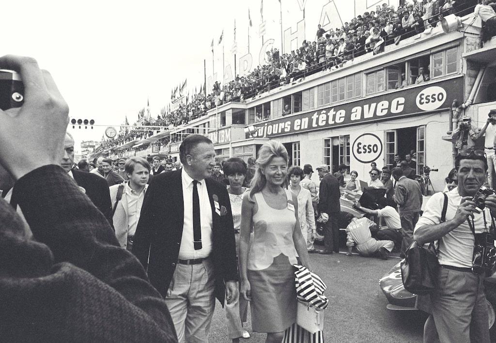 Henry Ford IIkunde knappt ta ett enda steg i depån på Le Mans utan att fotograferna följde varje steg han tog. Efter två år av förluster var det bara seger som räknades – och seger blev det.