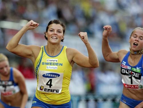 Lyckliga minnen. Jenny vinner 100 meter häck i Finnkampen i Helsingfors.