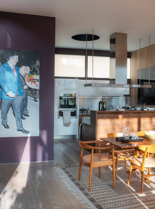 Köket är från italienska Varenna och helt platsbyggt enligt Alejandros önskemål. På den violetta väggen hänger en målning av den polska konstnären Marcin Maciejowski, föreställande Georgiens tidigare president Micheil Saakasjvili.