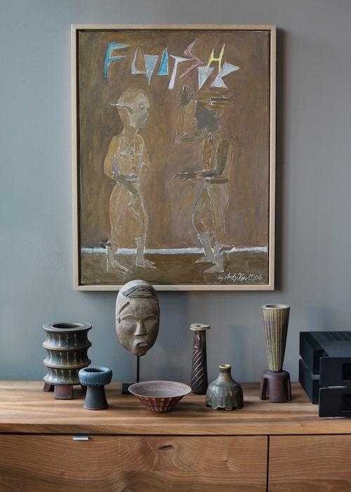 Stengods och keramik från Wilhelm Kåge, och en afrikansk skulptur. Målning av Andreas Hofer.