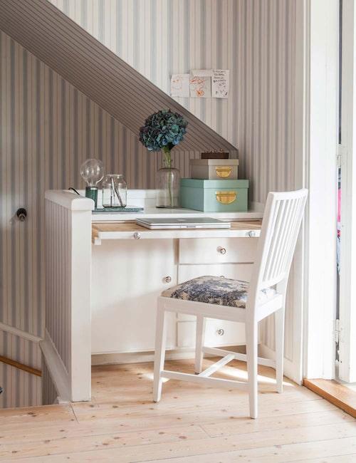 Utrymmet vid trappan kan kännas svårt att inreda. Varför inte utnyttja platsen till ett litet skrivbord?