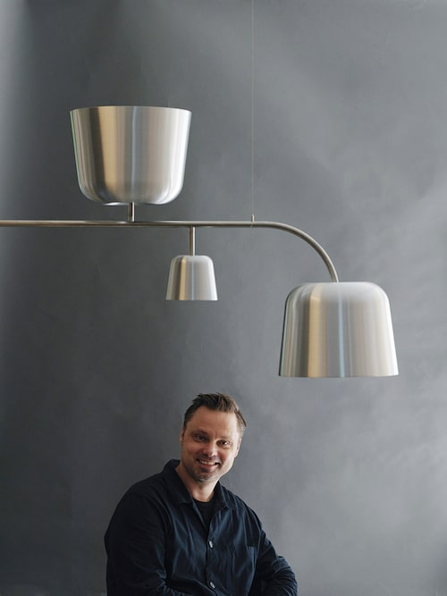 Matti Klenell under sin formstarka lampa Mela, ritad till Nationalmuseum och nu i produktion hos Ateljé lyktan.