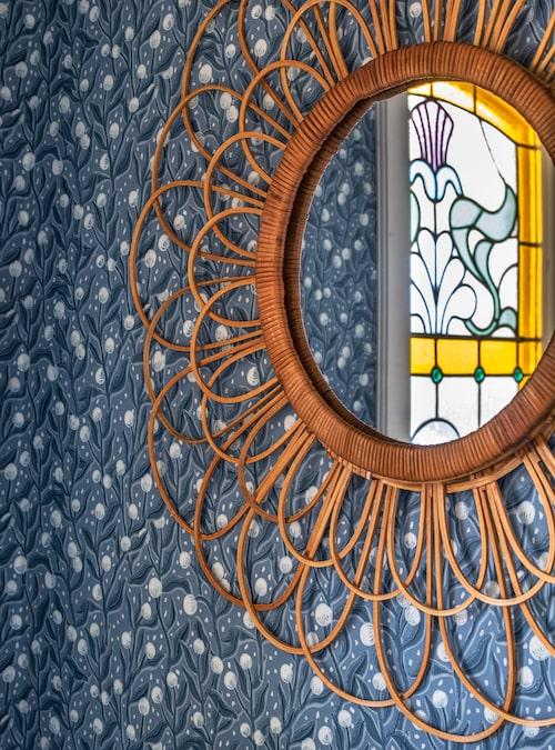 Gästtoaletten har tapetserats med Cathys mönster Lanka. Spegel från Indiska.