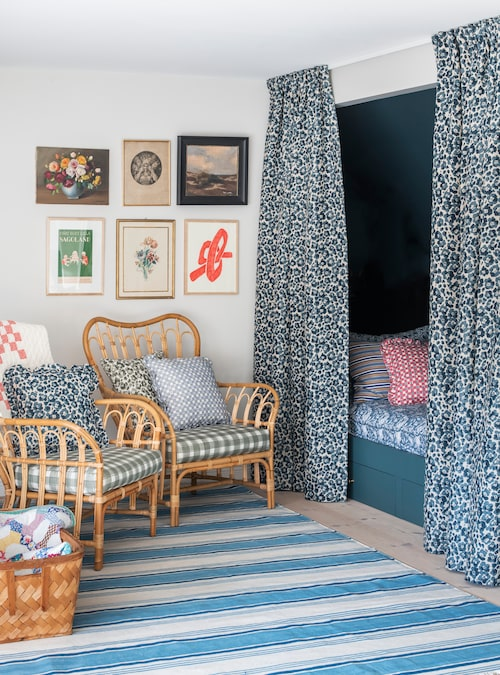I sängalkoven brukar barnen ha tv-mys. Draperier, kuddar och matta i Cathys egen design.