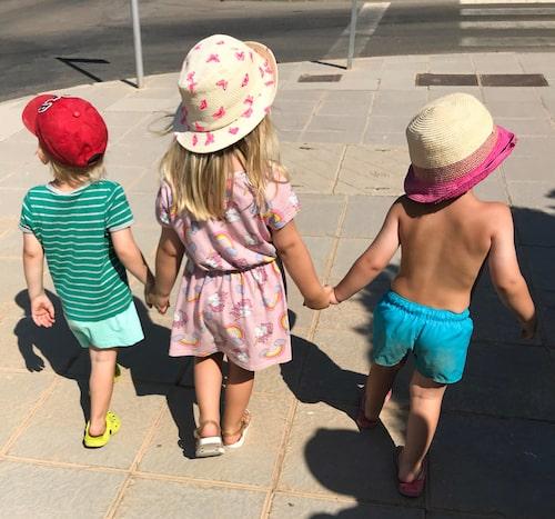 Tvillingarna Jack och Sigge på promenad med storasyster Juno.