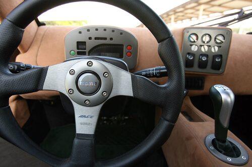 Växelspaksknopp från Porsche och nyckel samt tändning från Subaru, på nyckeln står det till och med Subaru. Ett dyrt ihopplock, det här.
