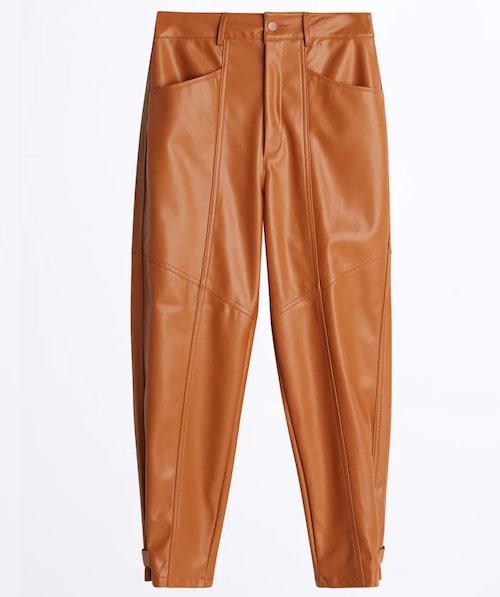 Stilsäkra byxor i brunt fuskskinn från Gina Tricot.
