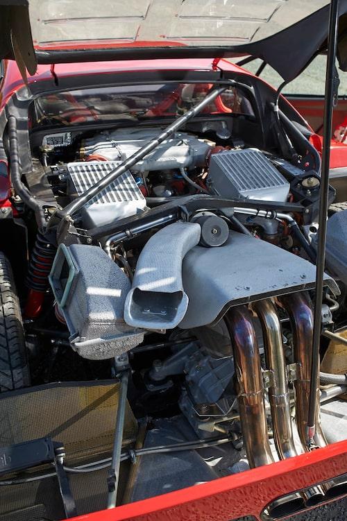 Motorstorleken på 288 GTO är 2855 kubikcentimeter på grund av reglerna. Max motorvolym i grupp B var fyra liter och turbomotorer fick en uppräkningsfaktor på 1,4, vilket i det här fallet blir 3997 cm3. Med F40 behövdes ingen hänsyn tas till detta och motorn är på 2936 cm3.