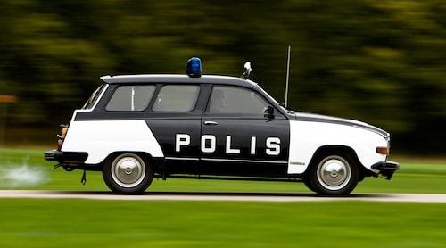Från och med 1958 var svenska polisbilar svarta och vita för bättre synlighet. Här en Saab 95 Polisbil från 1977. Foto: Teknikens Värld