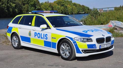 Så här ser polisbilar ut i dag. Sedan 2005 är det fluorescerande färger som gäller och numera även LED-ljusramper. Här en BMW 525 Touring xDrive Polisbil från 2013. Foto: BMW
