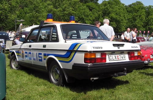1984 åkte det svarta ut och bilarna blev vita med blågula ränder (hockeyklubbsformade). Denna färgställning var inte helt lyckad och försvann redan fem år senare. Här en Volvo 244 GL Polisbil från 1988. Foto: Liftarn