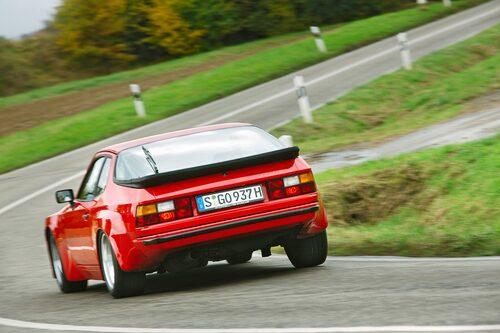 Med en lätt krängning tacklar 924 Carrera GT de vindlande vägarna trots att tempot är friskt.