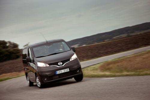 Snabbkörningar hör taxiyrket till! Ärligt talat platsar Nissan NV200 bättre i tät stadstrafik än som landsortsskjuts.