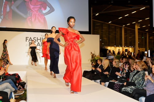 Modellen Madeleine från Le Management i finalklänningen som var specialdesignad för visningen.