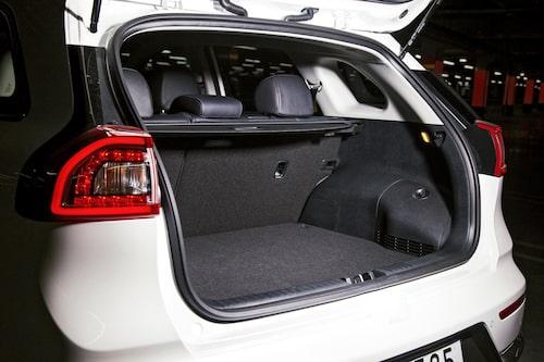 Utrymmet under golvet i höjd med lasttröskeln fylls av batterier. Baksätena kan endast fällas i proportionerna 40:60.