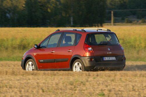 Två centimeter extra frigång gör körning på stubbåker till ett rent nöje. Parkeringssensorer bak är standard.