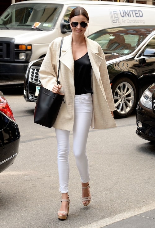 Sommarsäsongen ska vara ljus. Klä dig som Miranda Kerr i ljusa toner till det svarta.
