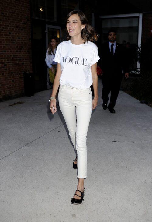 Off-white byxor är också snyggt, här matchar Alexa Chung med en enkel t-shirt.