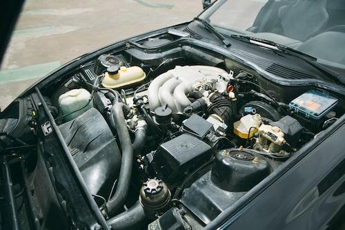Jämfört med 325i har Z1 motorn förskjuten 30 centimeter bakåt och kan nästan kallas mittmotorbil. Viktfördelningen mellan fram och bak är 49/51.