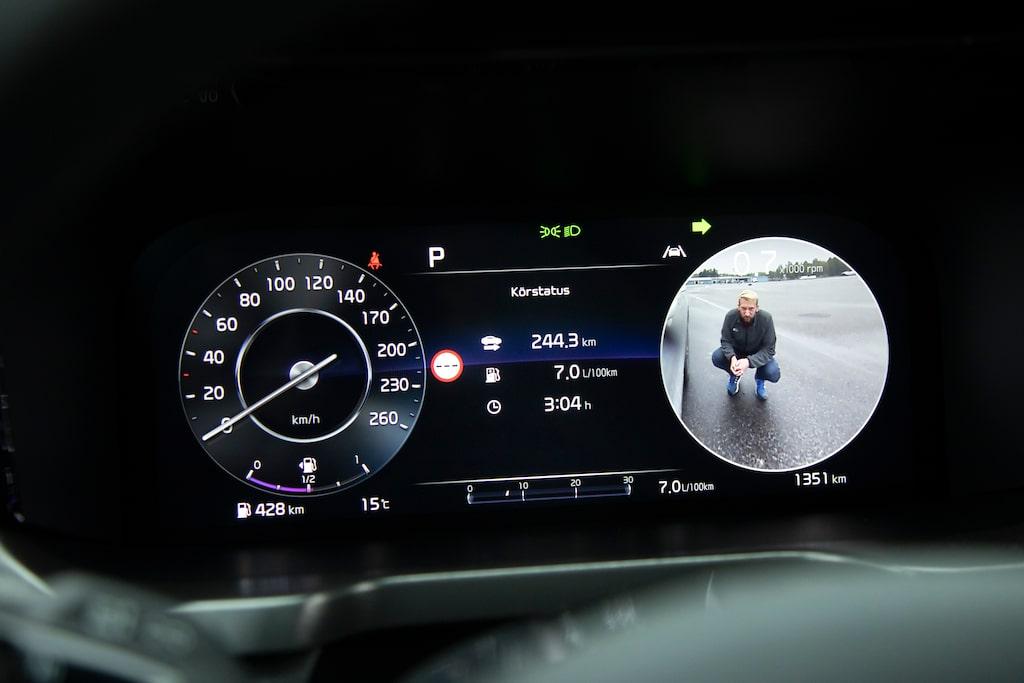 De digitala instrumenten visar döda vinkel-kamera åt det håll du blinkar. Bra funktion!