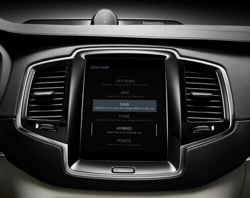 På den stora skärmen kan föraren välja mellan olika drivlinekonfigurationer, exempelvis enbart körning på el eller en hybridkombination för maximal prestanda.