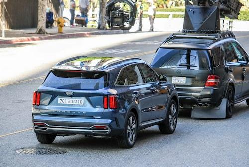 Notera fotobilens enorma stänkskydd. Sådana borde alla bilar ha i dag.