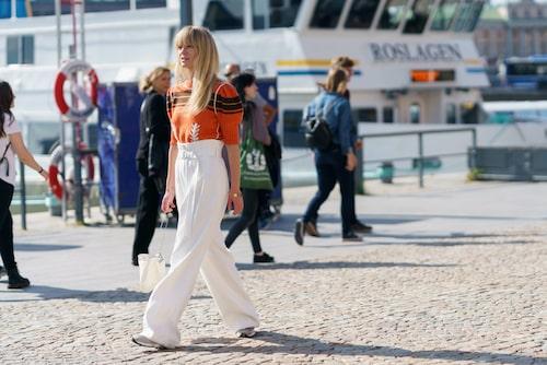 Stylar du också helst den vita byxan till sneakers men vill testa något nytt?