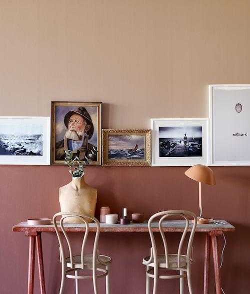 Vackra rosa toner med en effektfull rad tavlor som avskiljare. Kulörerna heter Warm blush och Senses och kommer från Jotun.