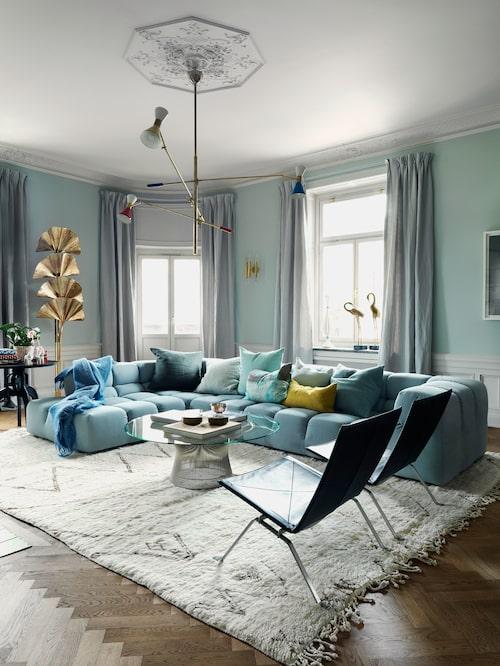 Lyxig känsla i pudrig pastell och isblått med soffan Tufty time av Patricia Urquiola för B&B Italia. En gul kudde får sticka ut.