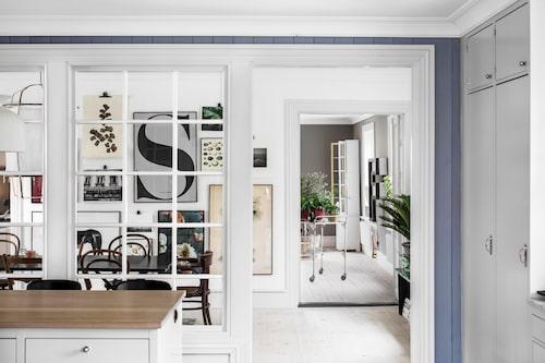 Genomgående i huset har paret lagt in vitoljade trägolv med breda golvtiljor. Fönsterpartiet mellan kök och matsal är gjort av en lokal finsnickare.