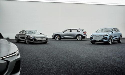 Audi e-tron GT Concept, till vänster, skvallrar om hur Audis nya elsportbil ska se ut med kaross och allt. Fyra sittplatser, fyrhjulsdrift och fyrhjulsstyrning blir standard. Räckvidden ska vara närmare 50 mil. Audi Q4 e-tron, till höger i konceptform, blir Audis billigaste elbil och byggs på samma plattform som Volkswagen ID.3 och Seat el-Born. Yttermåtten är som en Q3 medan innermåtten ska motsvara en Q5. I mitten ses Audis elektriska suv e-tron.